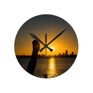 Sonnenuntergang-Stadtbild-Szene, Montevideo, Runde Wanduhr