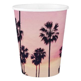 Sonnenuntergang-Strand-Szene, lila tropischer Pappbecher