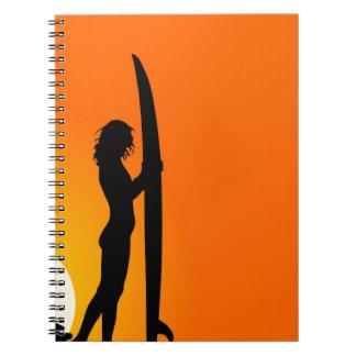 Sonnenuntergang-Surfer-Mädchen mit Surfbrett Notizblock