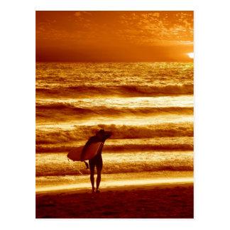 Sonnenuntergang-Surfer Postkarte