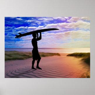 Sonnenuntergang-Surfer-Sand und Wolken Poster
