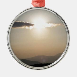 Sonnenuntergang über Bergen Rundes Silberfarbenes Ornament