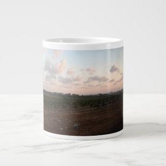 Sonnenuntergang über dem Feld Extragroße Tasse