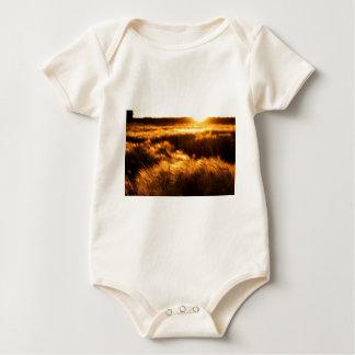 Sonnenuntergang über dem Grasland in Saskatchewan Baby Strampler