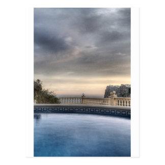 Sonnenuntergang über Swimmingpool auf dem Postkarte
