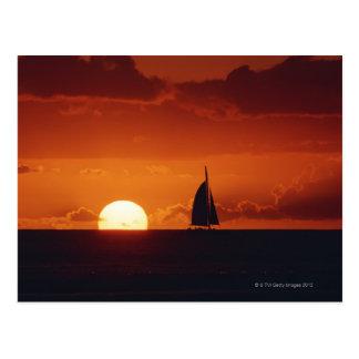 Sonnenuntergang und Yacht 2 Postkarte