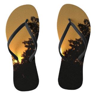 Sonnenuntergang vom Feuer drehen Reinfälle um Flip Flops