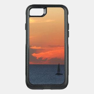 Sonnenuntergang-Wolken-und Segelboot-Meerblick