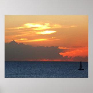 Sonnenuntergang-Wolken-und Segelboot-Meerblick Poster