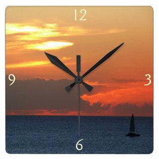 Sonnenuntergang-Wolken-und Segelboot-Meerblick Quadratische Wanduhr