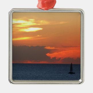 Sonnenuntergang-Wolken-und Segelboot-Meerblick Quadratisches Silberfarbenes Ornament