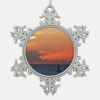 Sonnenuntergang-Wolken-und Segelboot-Meerblick Schneeflocken Zinn-Ornament
