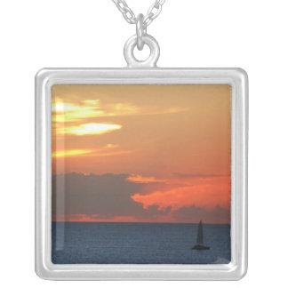 Sonnenuntergang-Wolken-und Segelboot-Meerblick Versilberte Kette