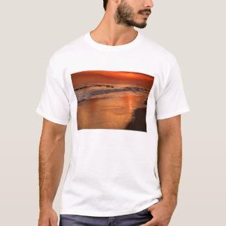 Sonnenuntergangreflexionen weg weg den Wolken und T-Shirt
