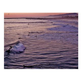 Sonnenuntergangsurfender Oceanside. Postkarte