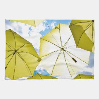 Sonnige gelbe Regenschirme Handtuch