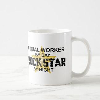 Sozialarbeiter-Rockstar bis zum Nacht Kaffeetassen