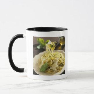 Spaghettis mit Basilikum und Parmesankäse auf Tasse