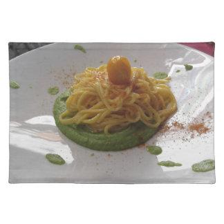 Spaghettis mit bottarga auf Spargelsoße Tischset