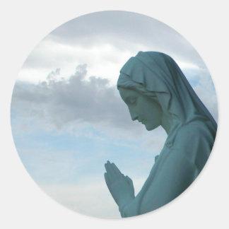 Spanisch-erste Kommunions-Einladung. Dame Praying Runder Aufkleber
