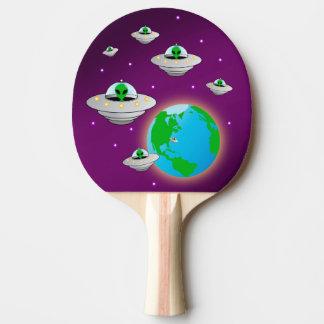 Spaß-Außerirdische, die Erde in ihren Raumschiffen Tischtennis Schläger