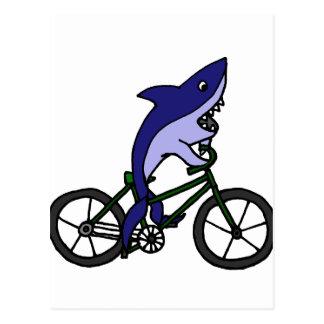 Spaß-blauer Haifisch, der grünes Fahrrad fährt Postkarte