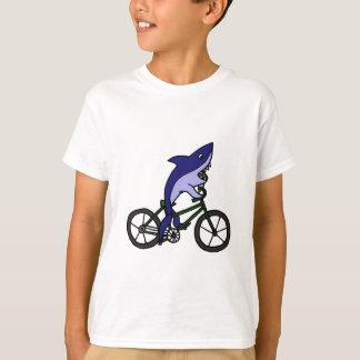 Spaß-blauer Haifisch, der grünes Fahrrad fährt T-Shirt