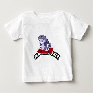 Spaß-Haifisch-Reiten auf Rollen-Untersetzer Baby T-shirt