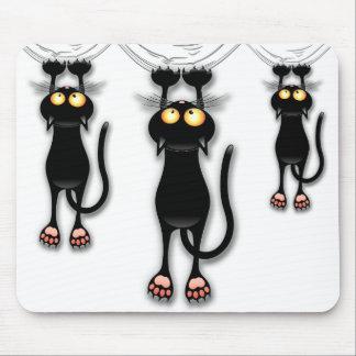 Spaß-schwarze Katze, die unten Mousepad fällt