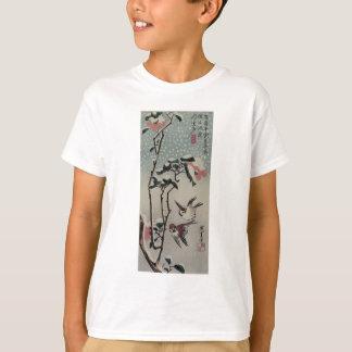 Spatzen und Kamelien im Schnee durch Hiroshige T-Shirt
