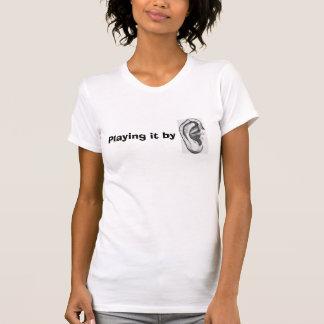 Spielen es durch den T - Shirt Ohrbild Frauen