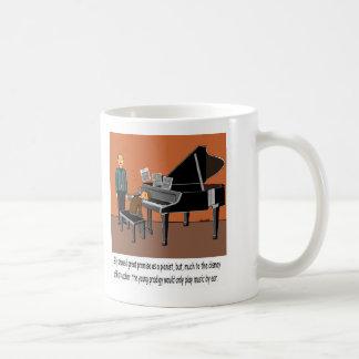 Spielen von Musik durch Ohr Kaffeetasse
