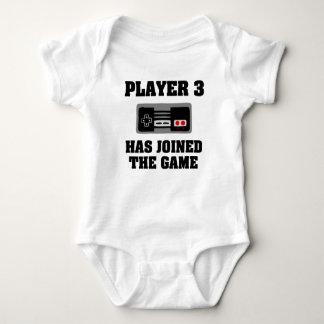 Spieler 3 hat das Babyjungen-Shirt des Spiels Baby Strampler