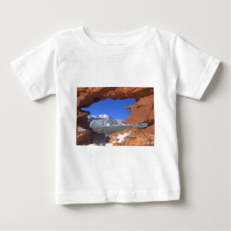 Spiess-Spitze durch Sandstein-Loch 01 Baby T-shirt