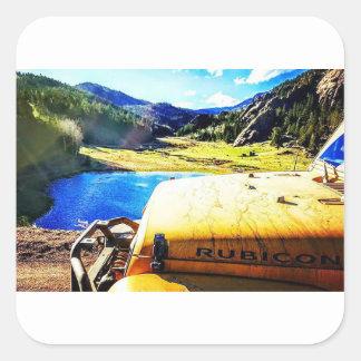 Spitze eines gelben Jeeps mit Bergen Quadratischer Aufkleber