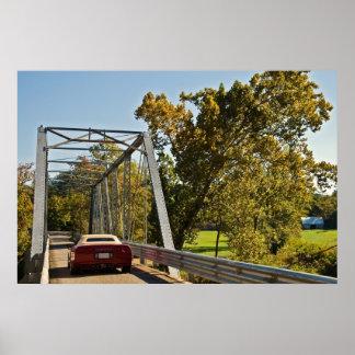 Sport-Auto auf einer Brücke Plakatdrucke