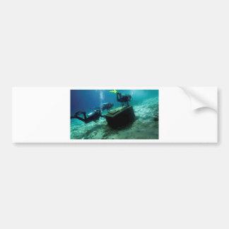 Sporttaucher Unterwasser mit Schatztruhe Autoaufkleber