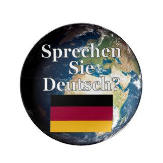 Sprechen Sie Deutsches? auf Deutsch. Flagge u. Porzellanteller