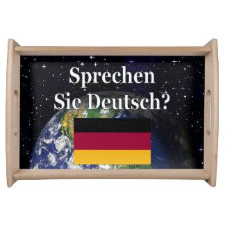 Sprechen Sie Deutsches? auf Deutsch. Flagge u. Serviertablett