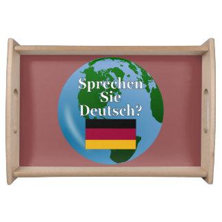 Sprechen Sie Deutsches? auf Deutsch. Flagge u. Serviertabletts