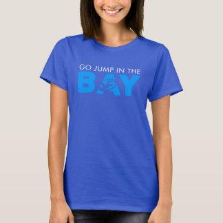 Springen Sie in das T-Stück der Buchtfrauen T-Shirt
