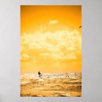 springende Wellen des extremen Drachen-Surfers Poster