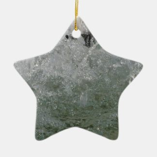 Spritzt vom Brunnenwasser an einem sonnigen Tag Keramik Stern-Ornament