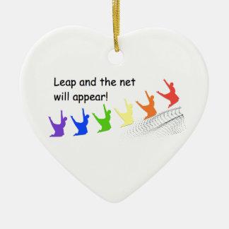 Sprung und das Netz erscheinen Keramik Herz-Ornament