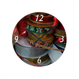 Spulen des Weihnachtsband-Feiertags-Rotes und des Runde Wanduhr