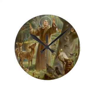 St Francis von Assisi umgab durch Tiere Runde Wanduhr