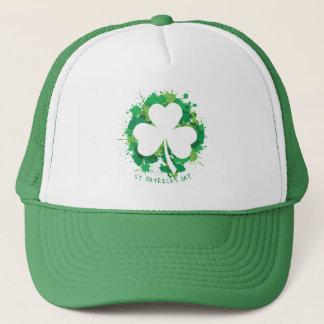 St Patrick Tag. Glückliches Klee-Weiß-Schattenbild Truckerkappe
