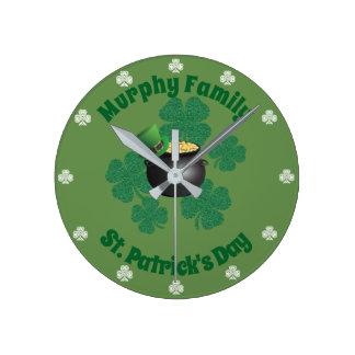 St Patrick Tagesglücklicher Goldschatz Runde Wanduhr