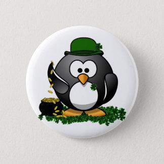 St Patrick Tagesglücklicher Pinguin mit Goldschatz Runder Button 5,7 Cm