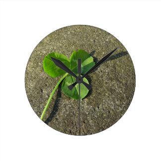 St Patrick Tageshintergrund mit Klee-Kleeblatt Runde Wanduhr